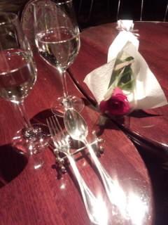 赤いバラとグラス.jpg