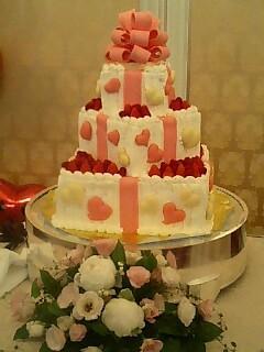 ハートのマカロンと苺のウエディング・ケーキ.jpg